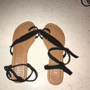 Black sandals, strap with feather is studs