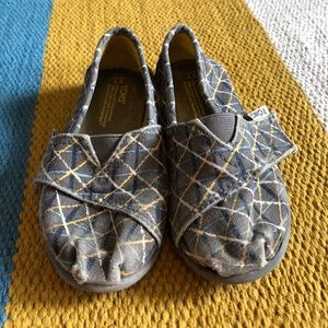 TOMS toddler shoes SZ 7!