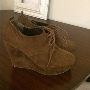 Shoes - Adorable brown booties