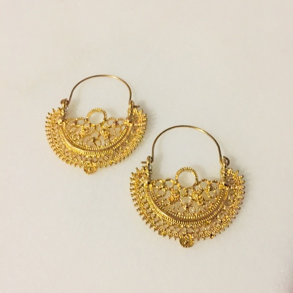 Jewelry - Gold tone earrings
