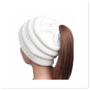 🎁Winter white Knitted Ponytail Beanie🎁
