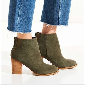 NWT never worn green suede boot size 8