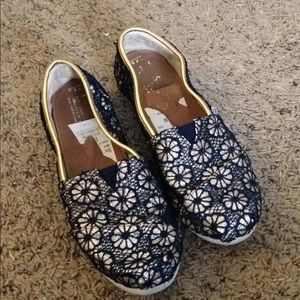 Navy and Gold Toms youth 4.5 like new!!!