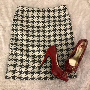 Dresses & Skirts - 💋Cute houndstooth skirt from Banana Republic ❤️