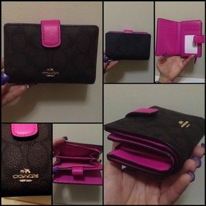 ✨💕NWOT Rare COACH Wallet! Signature and Pink💕✨
