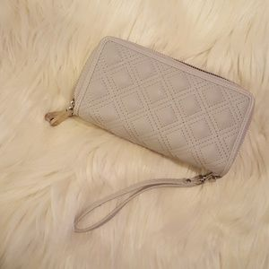 Cream color wristlet. Great for everyday wear!❤️