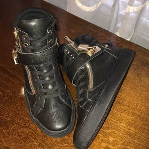 Aldo 8.5m Black leather tennis shoes w gold lock