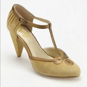 NWOT Seychelles All Dressed Up Heel, mustard gold