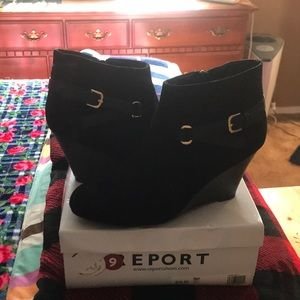 Report NWT NIB Blk Booties Sz 9 w/Gold Buckles