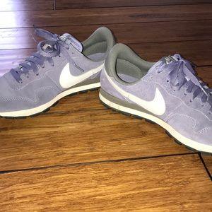 Nike Shoes - CUTE OLD SCHOOL NIKE RUNNING SHOES