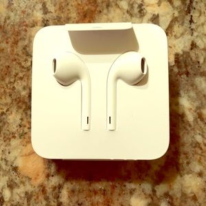Apple Ear Pods with audio lightening extender