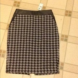 Brand new houndstooth print skirt from express