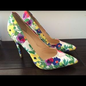 Guess pointy closed toe floral pattern pumps
