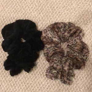 Set of 2 faux fur scarves, leopard and black.