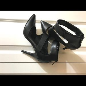 🖤💃🏾Guess strappy black high heel pumps