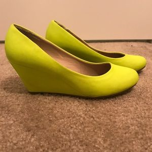 Neon bright yellow wedges heel shoes sz 7.5