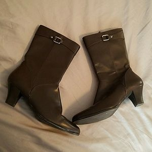 Brand new Sz10 brown boots with short heel