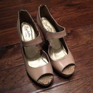 GUC Seychelles wedge high heels size 9