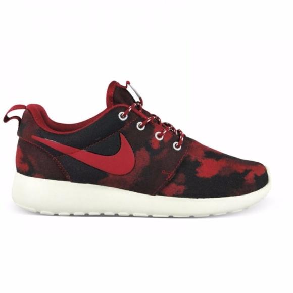 pretty nice 88617 efb0e EUC Women s Roshe Run Red Camo Print Sneakers. M 5a12414c620ff7478e0b4cfc
