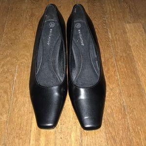Women's black heeled shoe