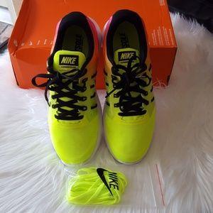 Nike Women's Lunarstelos Ankle-high Running Shoe