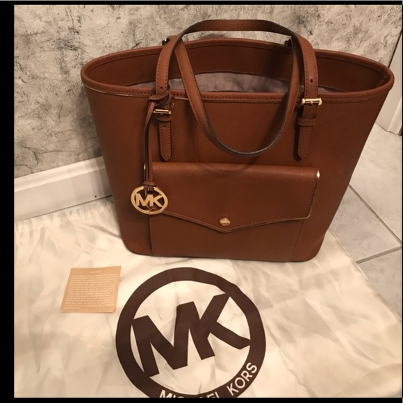 8cdc0796835884 Michael Kors Specchio Jet Set Large Pocket Tote. M_5a1338447f0a05a1940e86d7