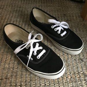 Vans Authentic Core Classics in Black Canvas