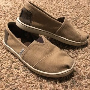 Size 13.5 youth Toms, canvas lion