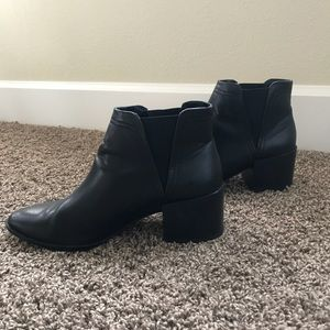 Dolce Vita size 8 pointed toe black booties