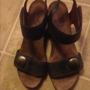 Taos sandals size 39
