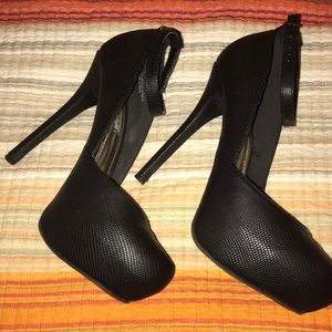 Black leather pump by Steve Madden
