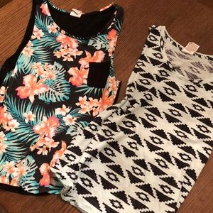 Lot of two VS PINK tanks