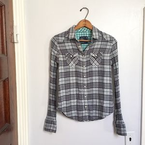 [American Eagle] gray & white plaid snap down top