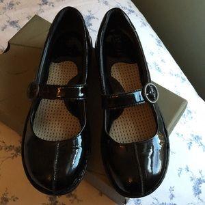 """Born women's size 9  """"codder """" shoe black patent"""