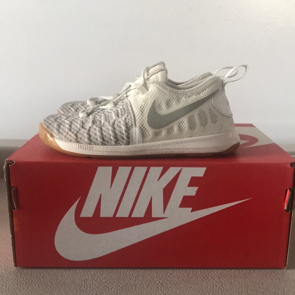 91ebec40a013e Toddler Kevin Durant KD White Sneakers. M 5a1457c42ba50ad7a202067c