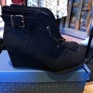 SO black wedge with side buckle