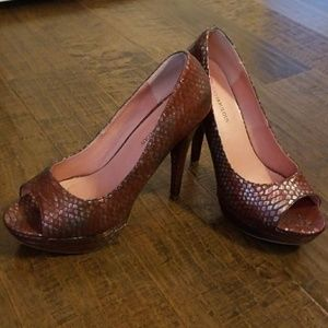 Hot, sexy red snake skin pump!