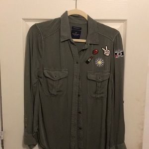 AMERICAN EAGLE GREEN BUTTON UP w/ PATCHES