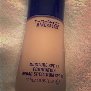 Mac mineralize moisture foundation NC30
