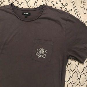Rose embroidered pocket T-shirt 🌹