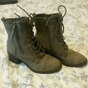 Report boots with laces and zipper