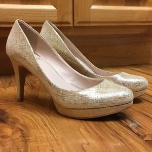 Vince Camuto Gold leather pumps 7.5