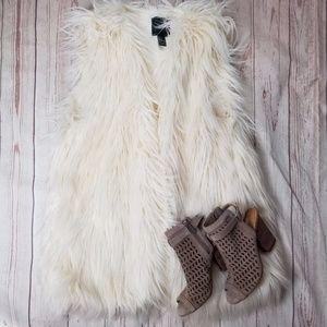 Forever 21 sz L long faux fur off white vest