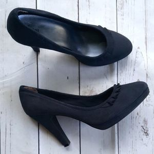 Fioni navy blue suede shoes with pleated ruffle