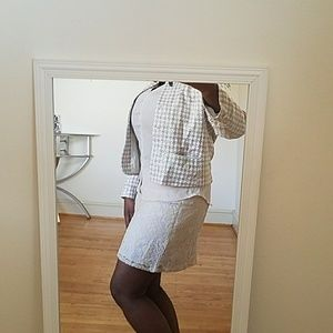 Beautiful lace skirt in cream w/ white lining.