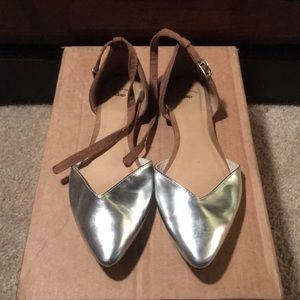 Metallic pointed-toe flats