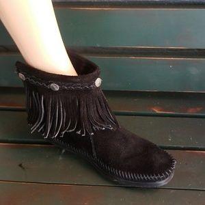 MINNETONKA ~ CUTE BLACK SHORT BOOT