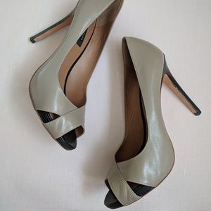 Ann Taylor black and taupe pumps