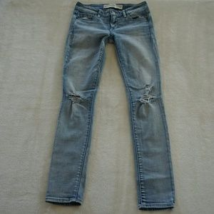ABERCROMBIE & FITCH  RIPPED KNEE JEGGINGS
