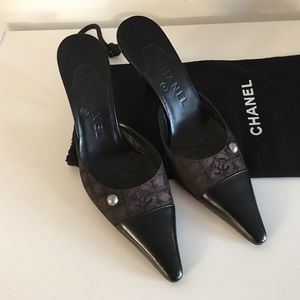 CHANEL BLACK LEATHER AND BROWN CANVAS MULES